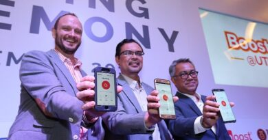 [L-R] Christopher Tiffin (CEO of Boost), Prof. Dr. Azlan Abd Rahman (Deputy Vice-Chancellor (Development), of UTM) and Idham Nawawi (Axiata Group Chief Corporate Officer) are also proud users of Boost